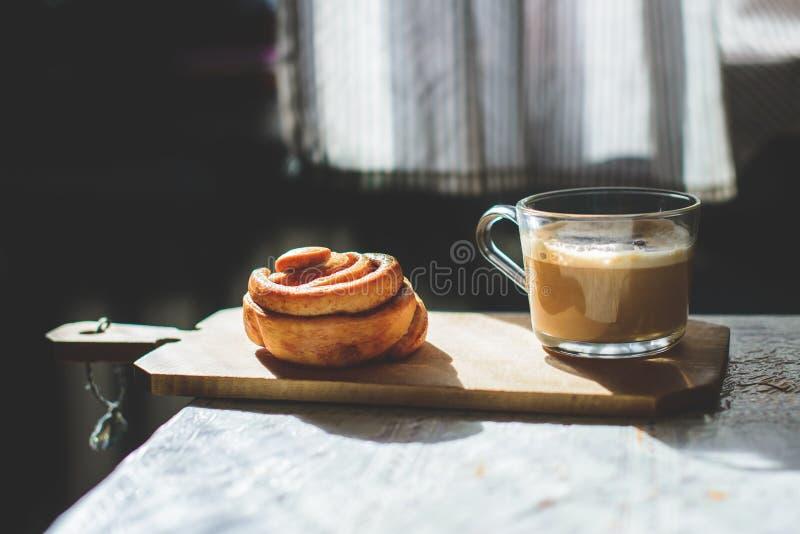 Kaneelbroodje met coffe royalty-vrije stock afbeelding