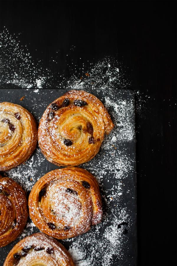 Kaneelbroodjes die met suiker worden bestrooid royalty-vrije stock fotografie
