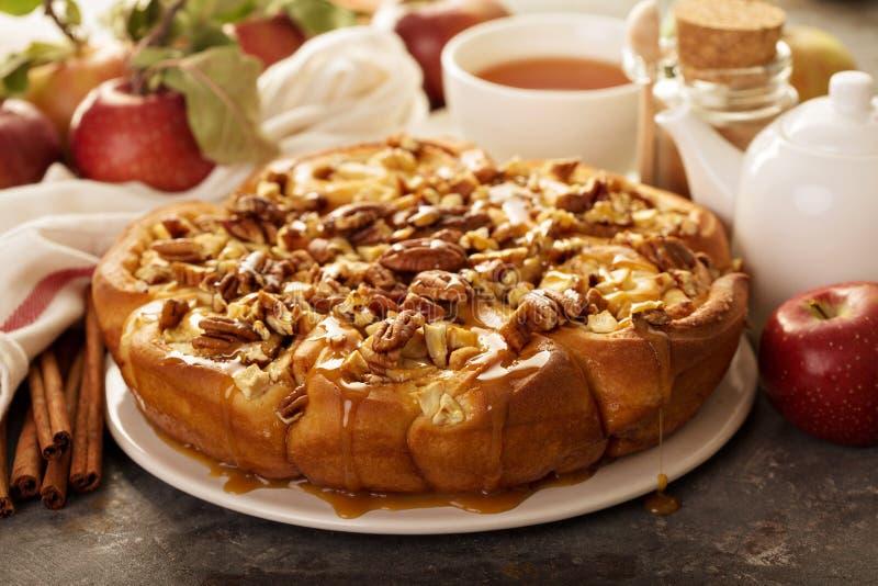 Kaneelbroodjes met appelen, karamel en pecannoot royalty-vrije stock afbeeldingen