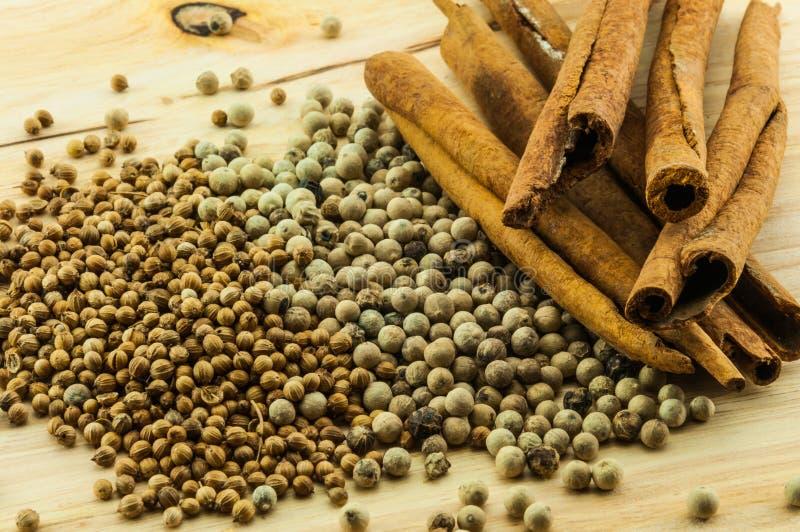 Download Kaneelbroodjes & peper stock foto. Afbeelding bestaande uit kruiden - 39105038