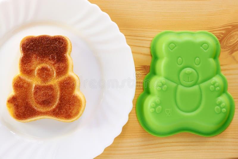 Kaneelcake in de vorm van een beerwelp royalty-vrije stock foto's