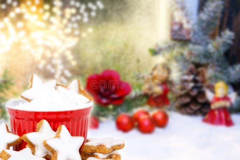 Kaneelsterren en Kerstmisdecoratie stock afbeelding