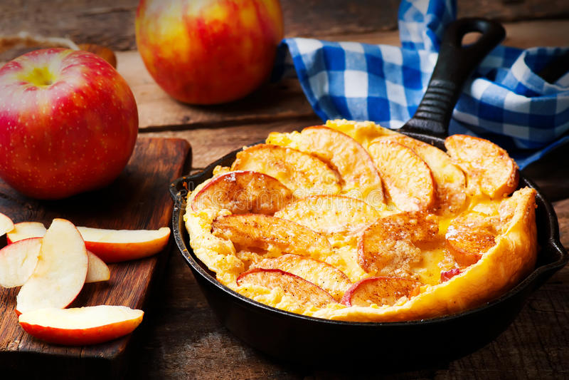 Kanelbrun Apple holländare behandla som ett barn pannkakan i järnpanna royaltyfri bild