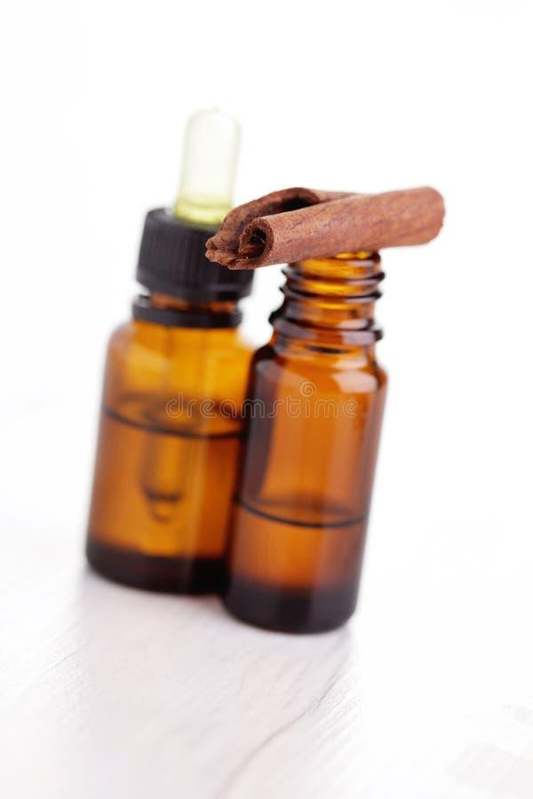 Kanelbrun aromatherapyolja royaltyfri fotografi