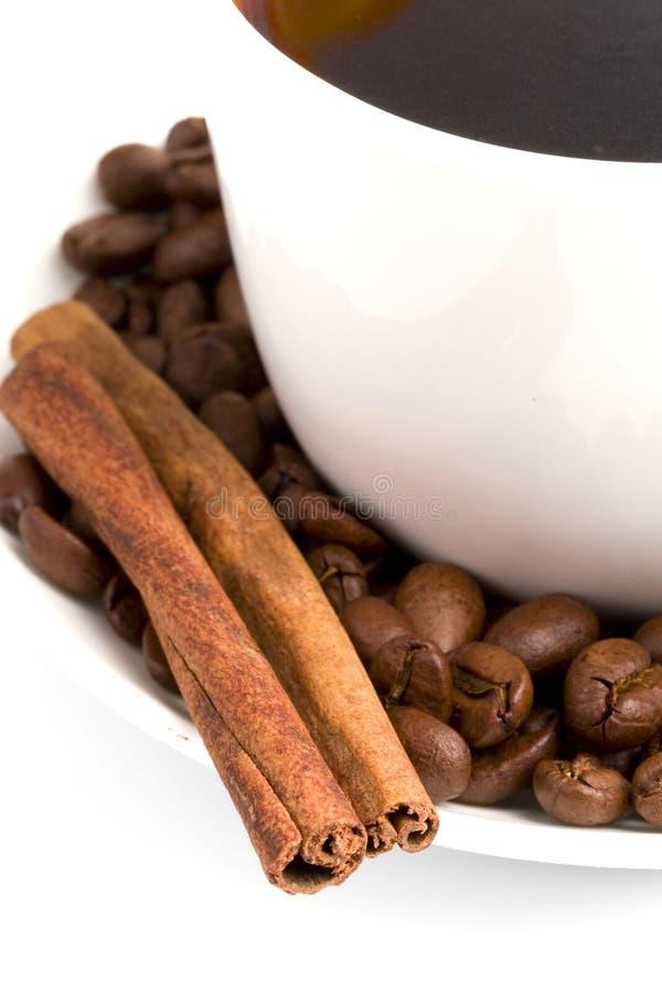 kanelbrun kaffekopp för bönor royaltyfria foton