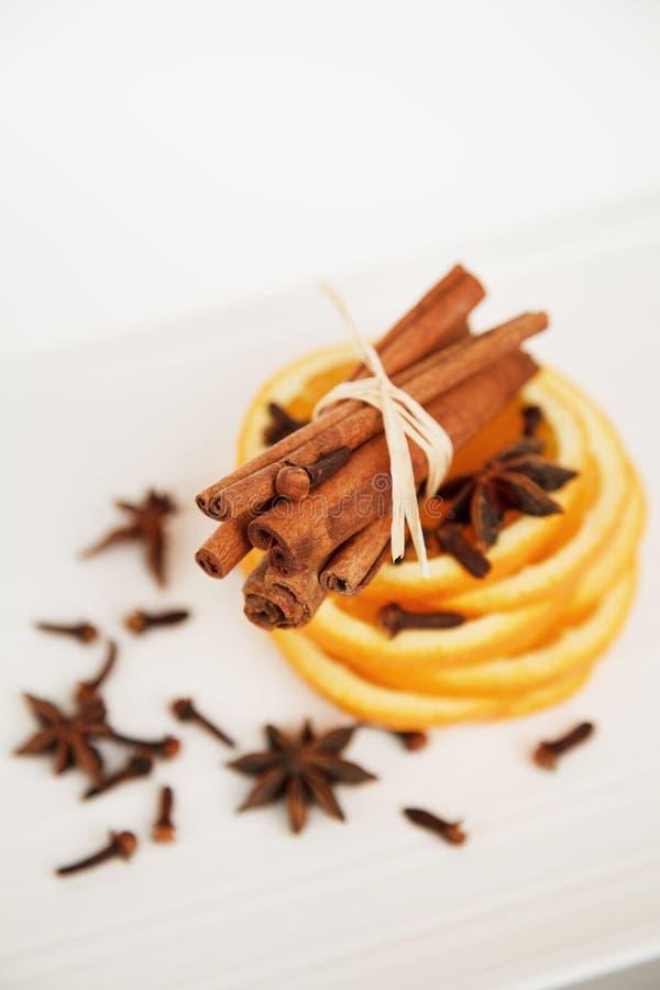 kanelbrun kryddnejlikaorange arkivbilder