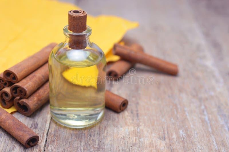 Kanelbrun olja för nödvändig arom arkivbild