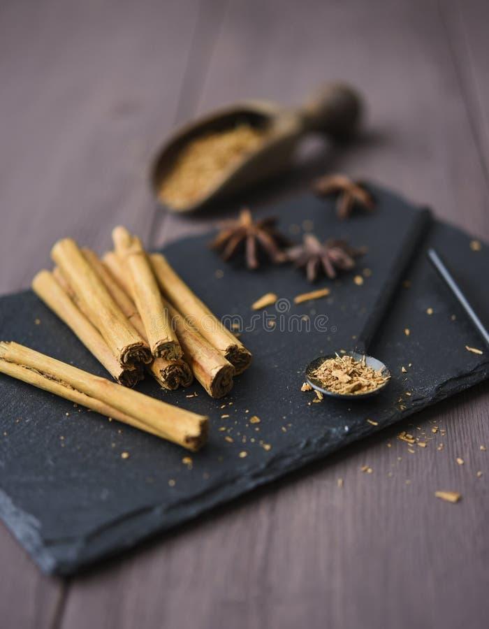 Kanelbrun stisk och pulver på för tabellanis för trä det lantliga tätt upp kryddigt för bruna stjärnor arkivbilder
