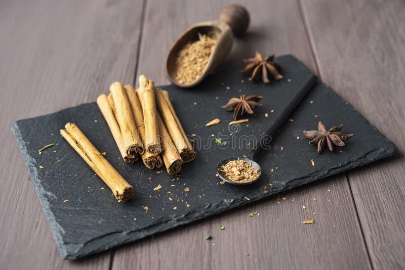 Kanelbrun stisk och pulver på för tabellanis för trä det lantliga tätt upp kryddigt för bruna stjärnor royaltyfria foton