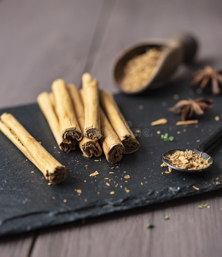 Kanelbrun stisk och pulver på för tabellanis för trä det lantliga tätt upp kryddigt för bruna stjärnor arkivfoto