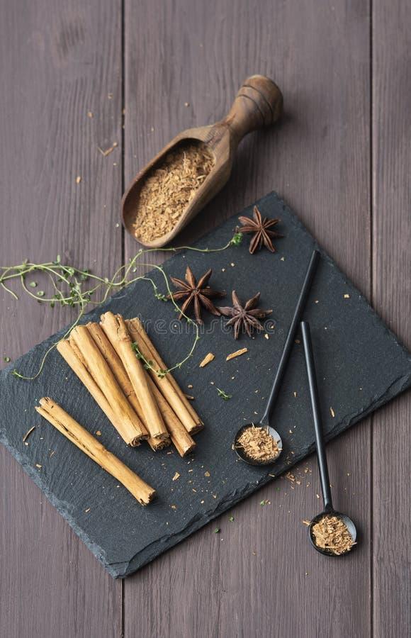 Kanelbrun stisk och pulver på för tabellanis för trä det lantliga tätt upp kryddigt för bruna stjärnor royaltyfri bild