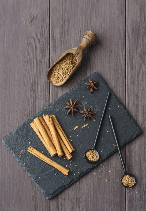 Kanelbrun stisk och pulver på för tabellanis för trä det lantliga tätt upp kryddigt för bruna stjärnor arkivfoton
