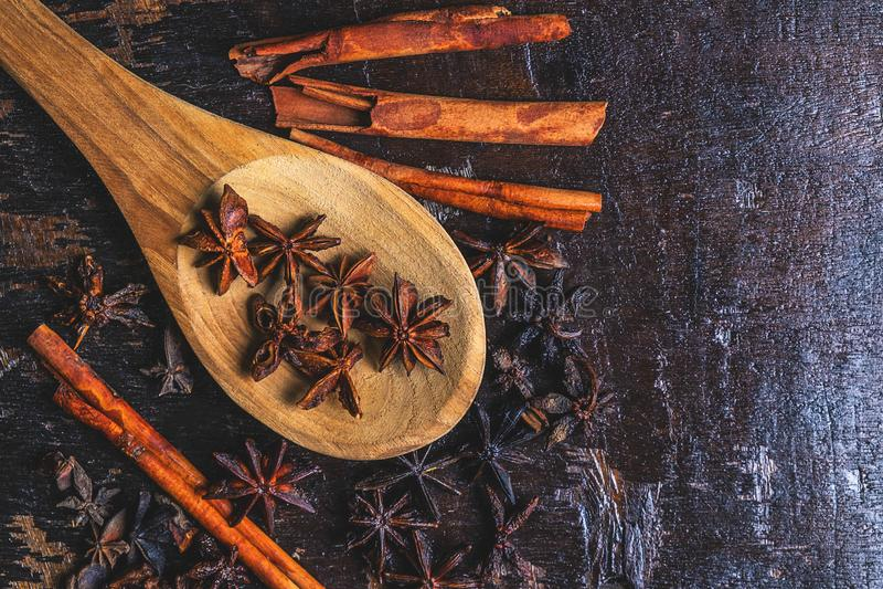 Kanelbruna kryddor och stjärnaanis som används, i att laga mat fotografering för bildbyråer