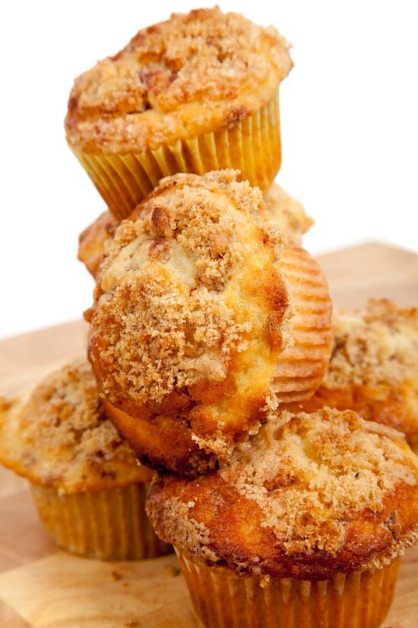 kanelbruna muffiner staplar streusel royaltyfria bilder