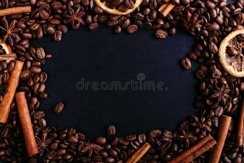 Kanelbruna pinnar, stjärnaanis, kaffebönor och torkad apelsin på köksbordet Doftande kryddor för kaffedrinken, närbild fotografering för bildbyråer