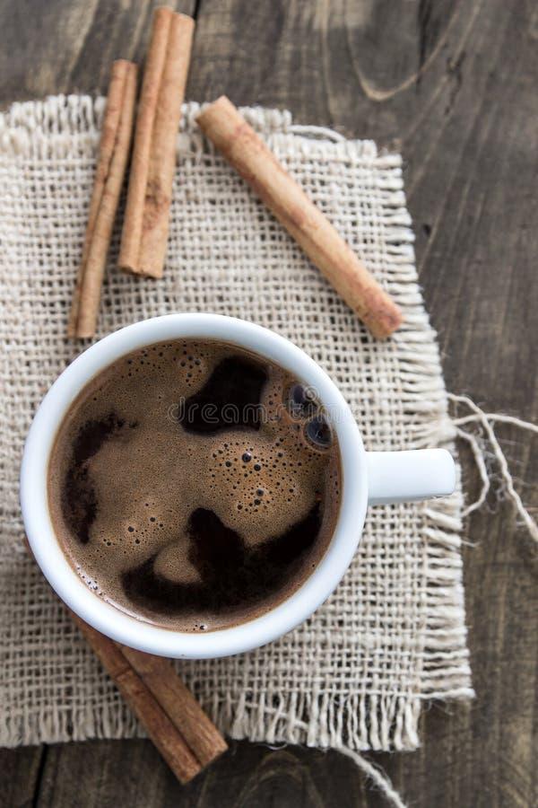 kanelbruna sticks för kaffekopp arkivfoto