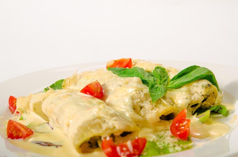 Kaneloni с беконом, цыпленок, плавленый сыр и bechamel sauce ООН стоковое фото rf