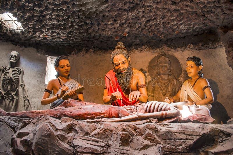 KANERI-de WISKUNDE, KOLHAPUR, MAHARASHTRA, INDIA, April 2017, Beeldhouwwerk toont Oude Indische medische filosofie, sushrutasamhi royalty-vrije stock foto's