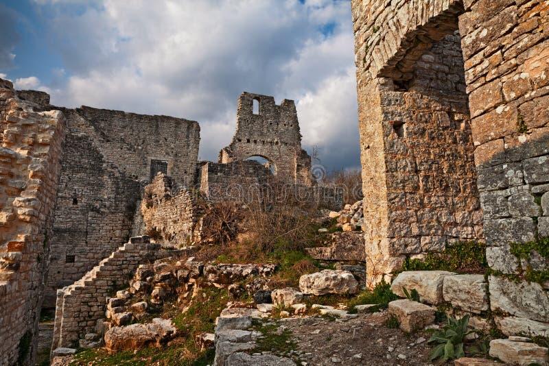 Kanfanar, Istria,克罗地亚:废墟Dvigrad,被放弃我的  免版税库存照片