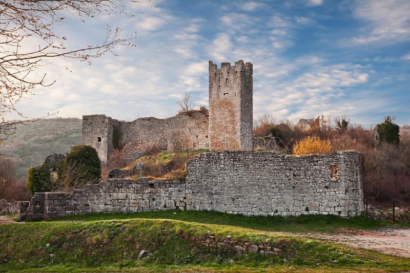 Kanfanar, Istria, Хорватия: руины Dvigrad, получившийся отказ средневековый городок около Rovinj и Porec стоковое фото rf