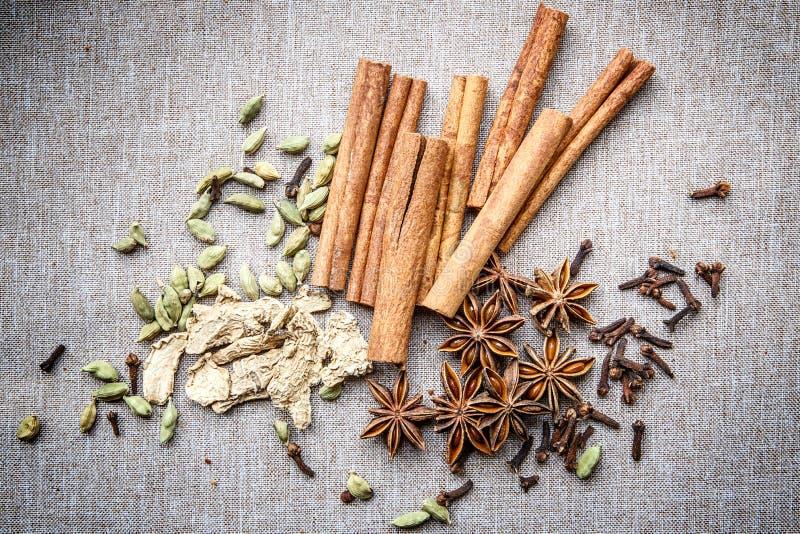 Kanfas för krydda för kryddnejlika för ingefära för muskotnöt för kardemumma för stjärnaanis kanelbrun royaltyfri foto