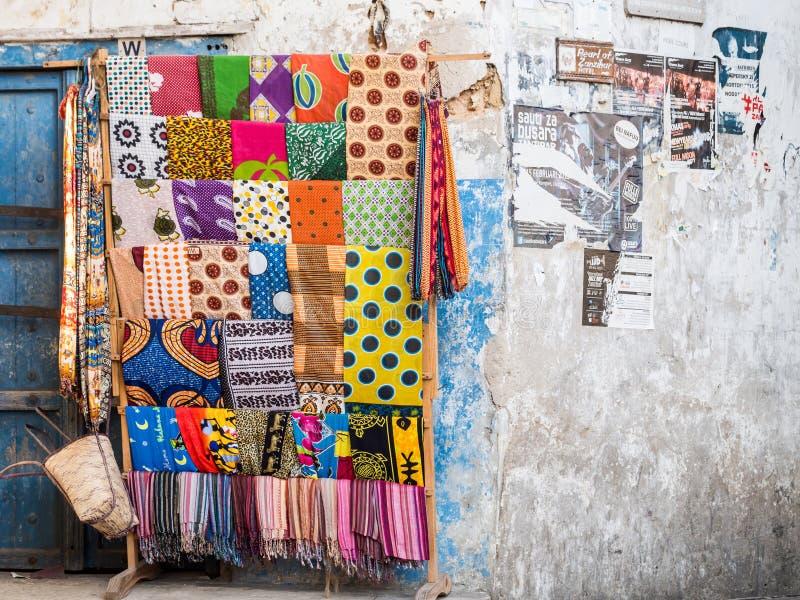 Kangas y kitenges coloridos en la ciudad de piedra, Zanzíbar foto de archivo libre de regalías