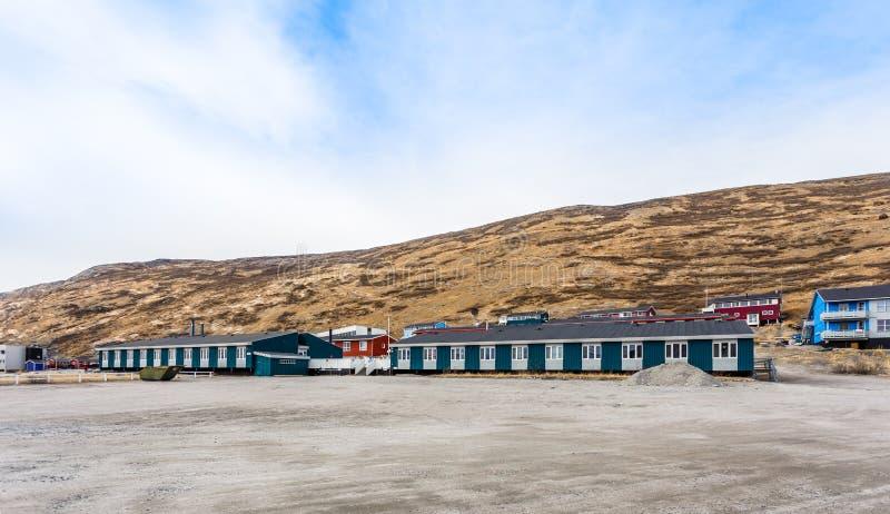 Kangerlussuaqregeling met kleine het leven Inuit huizen in v stock afbeelding