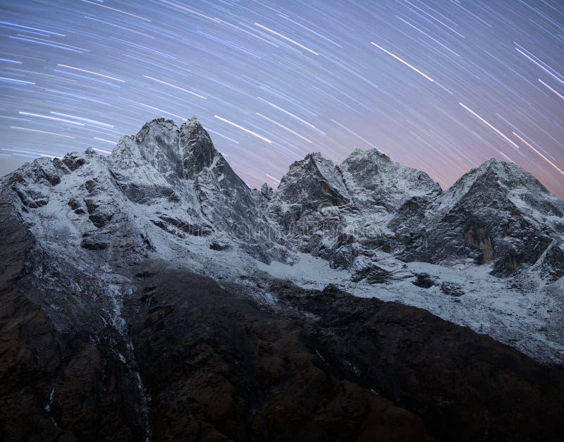 Kangtega en Thamserku-de mening van de bergnacht in Sagarmatha Nationa royalty-vrije stock afbeelding