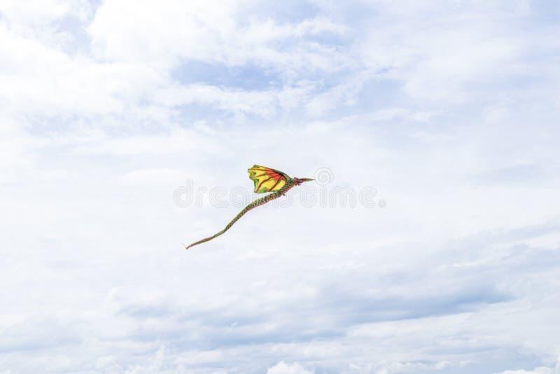 Kani latanie w niebie wśród chmur na tropikalnej Bali wyspie, Indonezja obrazy stock