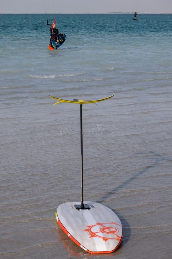 Kania surfing przy YAs wyspą Abu Dhabi zdjęcia stock