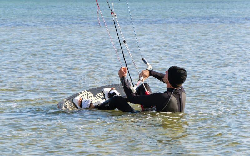 Kania surfingowiec dostaje up na desce zdjęcie stock