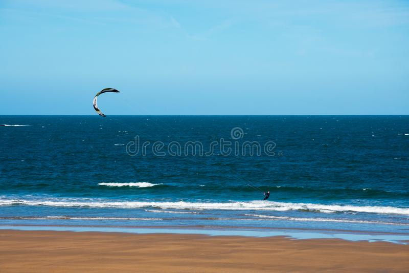 Kania surfingowiec na Cantabrian morzu obrazy royalty free