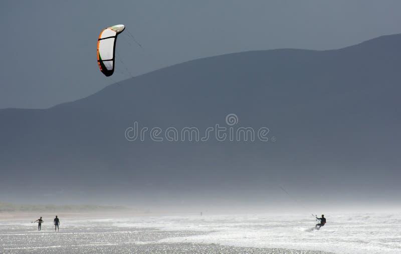 Kania surfingowiec w fala przy wybrzeżem Irlandia obraz royalty free