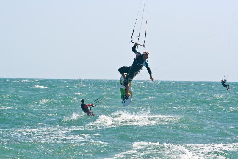 Kania surfingowowie na choppy morzu obrazy stock
