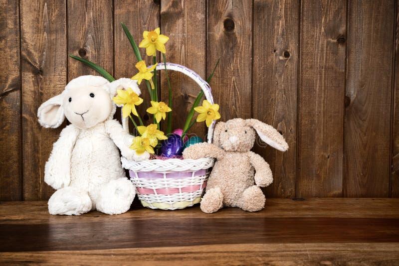 Kanin, lamm och fågelunge med den lantliga påskkorgen - royaltyfri fotografi