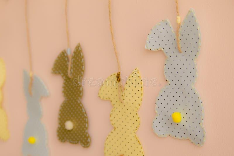 Kaninchen formte die Stoffflecken, die an der Wand hängen lizenzfreie stockbilder