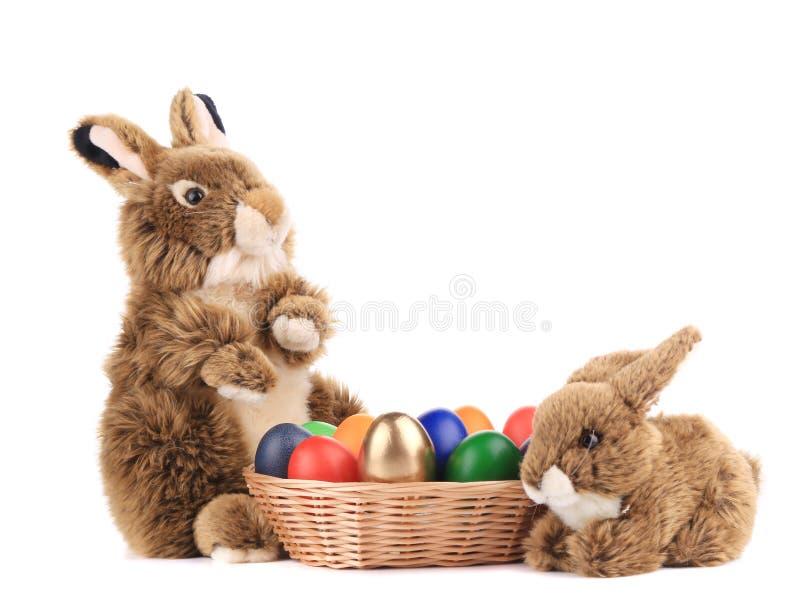 Kaninchen zwei mit Korb von Ostereiern stockfoto