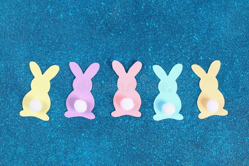 Kaniner för den Diy påskgirlanden, flaggaPÅSK gjorde pappers- blå bakgrund Gåvaidé, dekorvår, påsk arkivbild