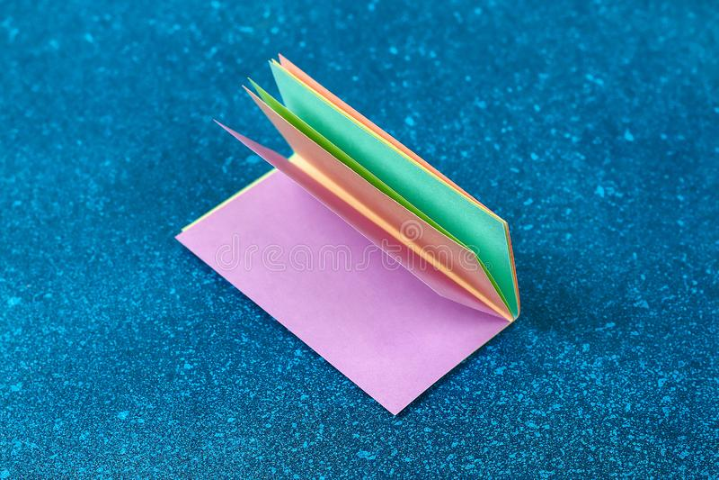 Kaniner för den Diy påskgirlanden, flaggaPÅSK gjorde pappers- blå bakgrund Gåvaidé, dekorvår, påsk royaltyfri bild
