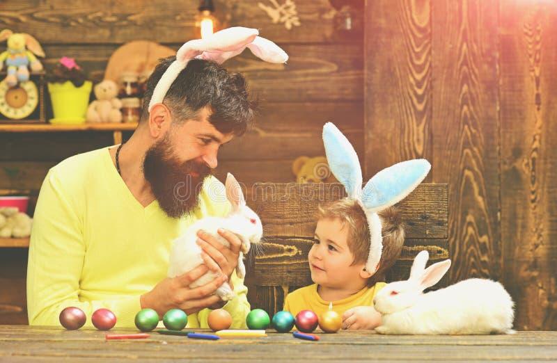 Kanins familj med kanin?ron arkivbild