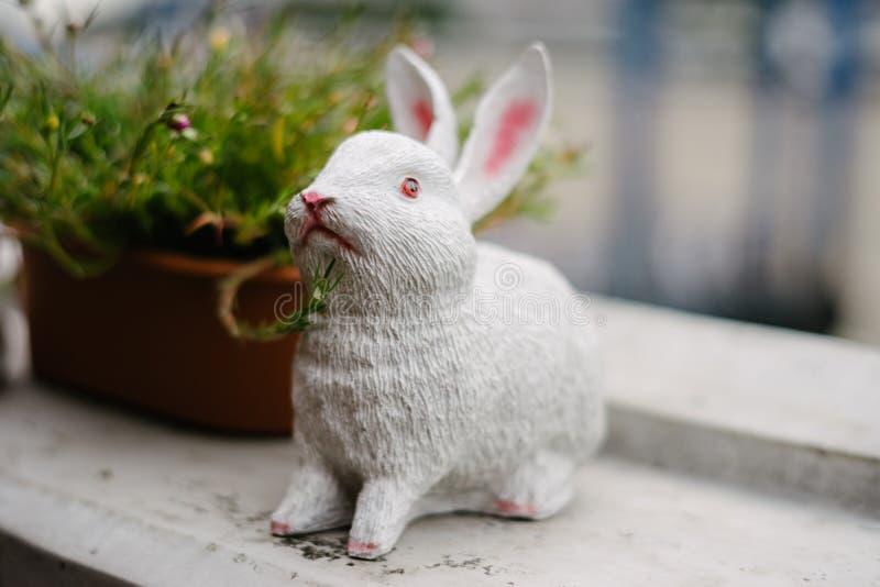Kaninstaty med växtkrukan royaltyfria bilder
