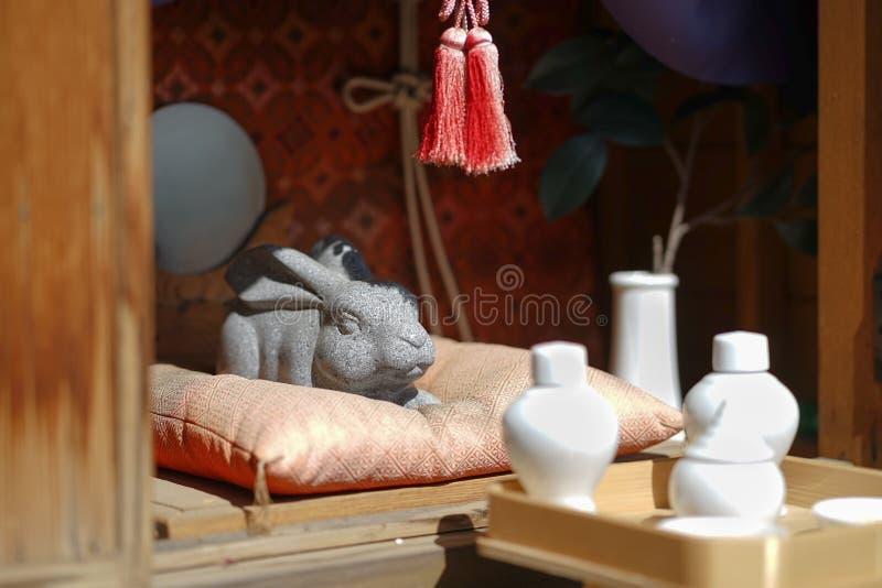 Kaninstenskulptur Usagi Shrine på kachikachiropewayen, Kaw royaltyfria bilder