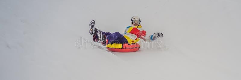 Kanister śnieżny ze wzgórza koncepcja aktywności zimowej BANER, FORMAT DŁUGI fotografia royalty free