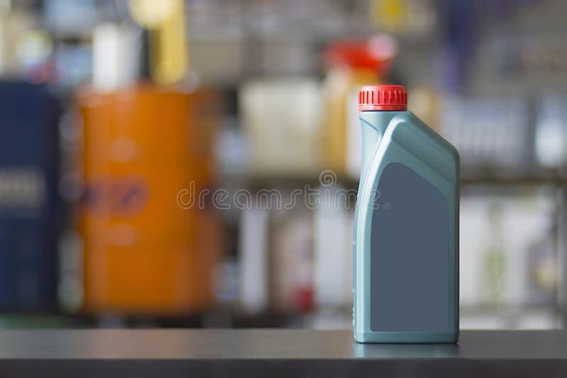 Kanister för motorolja med den tomma etiketten arkivfoton