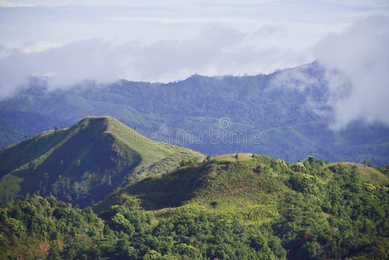 KANJANABURI, TAILANDIA 2 de julio, KHAO CHANG PUAK con la opinión del paisaje foto de archivo