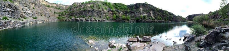 Kanjon för sikt för panorama för sjö för smaragdgräsplan arkivbild