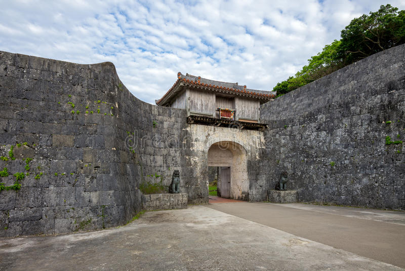 Kankaimon-Tor in Okinawa stockfotos