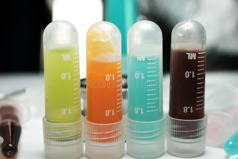 Kankerimmunotherapie van onderzoekflesjes stock fotografie