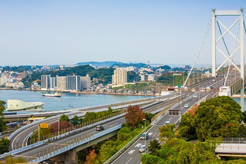 Kanmon-Straße und Kanmonkyo-Brücke: Kanmonkyo-Brücke schließt Honshu und Kyushu in Japan an lizenzfreies stockbild