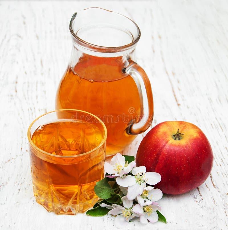 Kanna med äppelmust royaltyfri bild